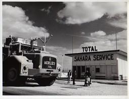 """S48-001 Hassi Messaoud - Ravitaillement D'un Camion Berliet à La Station Total """" Sahara Service """" De Maison Verte - Africa"""