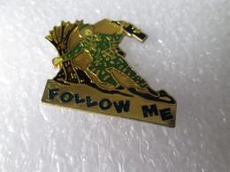 PIN'S   SKI   Militaire  Arme  FOLLOW ME - Militair & Leger