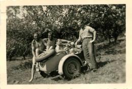 SIDE CAR ET SOLDATS ALLEMANDS TORSES NUS  PHOTO ORIGINALE FORMAT 9 X 6 CM - Automobiles