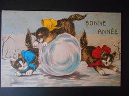3 Chats Avec Gros Noeuds En Couleurs Jouant Dans La Neige Avec Une Grosse Boule De Neige - N° 937 - Katten
