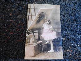 Petite Fille Et Tableau, Doux Souvenir      (P9) - Cartes Postales