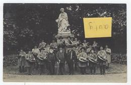 Carte-photo D'un Groupe De Sonneurs Devant La Statue De Georges Sand - Au Verso Signature à Identiier En Juin 1928 - La Chatre