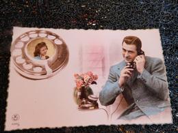 2 Cpa Homme Au Téléphone Avec Femme, Noir Et Blanc, Colorisée, Non Circulée    (H8) - Cartes Postales