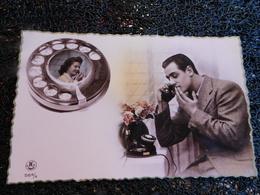 Homme Au Téléphone Avec Femme, Colorisée, Non Circulée    (H8) - Cartes Postales