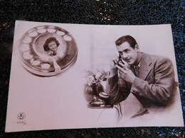 Homme Au Téléphone Avec Femme, Non Circulée    (H8) - Cartes Postales