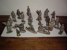 Lot De 21 Petits Soldats En Métal , Plomb Ou Alu ? + 2 Avec Manque Et 1 Autre Matière - Soldats De Plomb