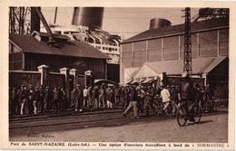 44 .. SAINT NAZAIRE .. UNE EQUIPE D'OUVRIERS TRAVAILLANT A BORD DU NORMANDIE - Saint Nazaire