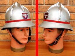 Casque De Sapeur-Pompier Autrichien Aluminium Peint & Cimier Chromé Avec Insigne - Casques & Coiffures