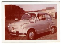Photo 12,5 Cm X 9 Cm - Dame Dans Une FIAT 600 - 2 Scans - Automobile