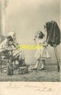 Photographie, 2 Fillettes Et Poupée Avec Vieil Appareil Photo Sur Pied, Affranchie 1901 - Fotografia