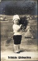Cp Frohe Weihnachten, Kind Mit Tannenzweig In Einer Winterlandschaft - Noël