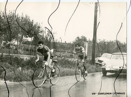 PHOTO ANIMÉE. 7 Eme Gentlemen Lyonnais. Jubilé  HENRY ANGLADE . BERGER Y HELOU. LA PHUONG. Voiture DS - Ciclismo