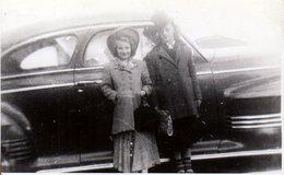 Photo Originale USA - Beverly & Shirley Déguisée Au Pied De La Belle Américaine Cadillac Series 62 En 1943 - Automobiles