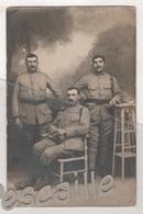 MILITARIA - CARTE PHOTO DE 3 MILITAIRES A IDENTIFIER - N° 107 ET 138 SUR LES COLS - ECRITE EN 1919 ? - Uniformi
