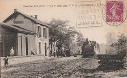 LANDREVILLE - LE TRAIN ARRIVE EN GARE - BEAU PLAN DE LA LOCOMOTIVE - CARTE ANIMEE SUR LE QUAI - 2 SCANNS - TOP !! - France
