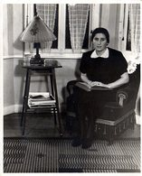 Photo Originale Lecture & Lectrice Adolescente Au Fauteuil Vers 1940 Avec Lampe Posée Sur Table D'échecs Ou De Dames - Pin-up