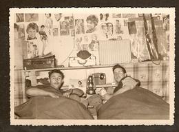 PHOTO ORIGINALE MILITARIA ALGÉRIE OCTOBRE 1958 - DANS La CHAMBRE CLAUDE Et JANO Et La MASCOTTE Le CHAT KIKI - War, Military