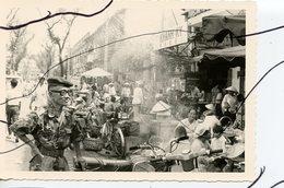 PHOTO ANIMÉE . ASIE,  VIETNAM .Viêt-Nam . INDOCHINE. Une Rue.  MOTO,  Mobylette, Solex, Scooter, Vespa. - Places