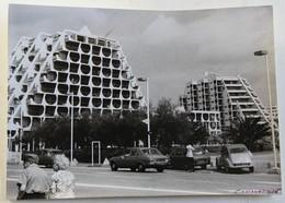 Grande Photographie Originale La Grande Motte Voitures 2CV Citroën DS Peugeot 1975 - Places