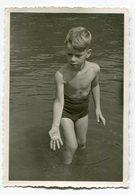Photo Originale , Enfant En Maillot De Bain , Dim. 7.0 Cm X 10.0 Cm - Personas Anónimos