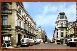 51  CPSM Petit Format   REIMS  La Rue De Vesle Devant Le Théâtre     Plan Animé Avec Bus ....    Très Bon état - Reims