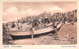 "14 - LUC SUR MER Un Coin De Plage - Bon 1er Plan De La Barque "" KI FAN LO "" - CPA Village ( 3.200 Habitants) - Calvados - Luc Sur Mer"