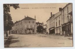CPA LOIRE RENAISON ANIME PLACE ROUTE DE VICHY MOTO SIDE CAR DEVANT COMMERCE BE - France