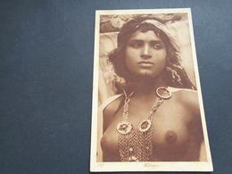 Carte ( 619 )  Thème  :  Naakt  Nu  Nue  Femme Aux Seins Nus - Afrique Du Nord (Maghreb)