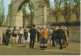 """19 / 12 / 65. -  FOLKLORE  DU  QUERCY   """"  Les Grillins  Quercinois  """"  Dansant Devant L'arc D'ariane à CAHORS  -  C P M - Cahors"""