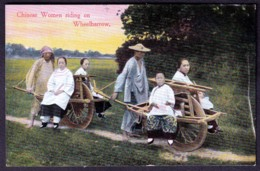 RARE CPA ANCIENNE CHINE- CHINESE WOMEN RIDING ON WHEELBARROW- TRES GROS PLAN COULEUR- - China