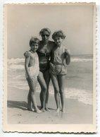 Photo Originale , Femme Avec Enfants En Maillot De Bain , Dim. 9.0 X 12.0 Cm - Personas Anónimos