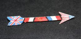 """WWII Beau Souvenir De La Libération - Art Populaire 1945 """"badge En Forme De Flêche Avec Les 4 Drapeaux Des Alliés"""" WW2 - 1939-45"""