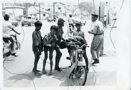 PHOTO ANIMÉE . ASIE,  VIETNAM .Viêt-Nam .Une Rue.  MOTO,  Mobylette, Solex, Scooter, Vespa. - Places