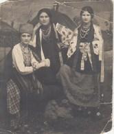 UKRAINE.  # 3562 A PHOTO. UKRAINIAN SUIT. EMBROIDERY. BEADS, TAPES. *** - Photographs
