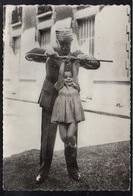 PETAIN  - WWII / PHOTO DU MARECHAL SOULEVANT UNE PETITE FILLE AVEC SA CANNE (ref LE3813) - 1939-45