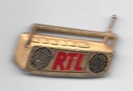 Pin's  Média, RADIO  R T L  Avec  Poste  Transistor  Signé  DECAT - Medios De Comunicación