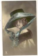 185- Femme - Chapeau Extravagant - Moda