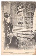 Cpa LAOS  Laotien Faisant Ses Devotions A Wat Pou Bassac      -T- - Laos