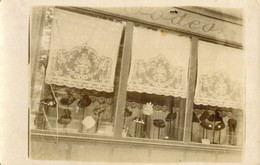 Carte Postale Photographique Vitrine Devanture Magasin De Mode Chapeaux Modiste - Moda