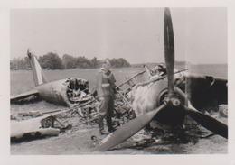 Photo Originale Ww2 Soldat Allemand  Avion Abattu  Au Sol Beau Plan Guerre 39 45   Lieu A  Identifier - War, Military