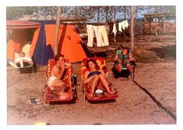 Photo Couleur Amateur B.B. Originale Ambiance Camping, Sieste & Farniente Sur Chaises Longues En Famille Vers 1960 - Luoghi