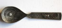 Artisanat Ancienne Et Belle Cuillère Nordkapp Norvège Norge Tinn Fait Main Traineau Renne NORWAY - Cucharas