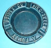Rare Cendrier Publicitaire En Fonte émaillée, Pub USINES Du Pied-Selle A Fumay - Altri