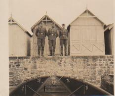 Photo Ww2   Carolles Plage  Proche Granville 50  Manche   Allemand   Cabines   Embarcation Sur Le Sable - Guerre, Militaire