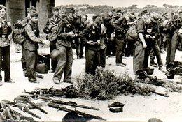 Guerre 39 45 : Août 1944 Marseille (13) Rédition Des Forts De La Veste Et De La Viste. Les Allemands Jettent Leurs Armes - Guerre 1939-45
