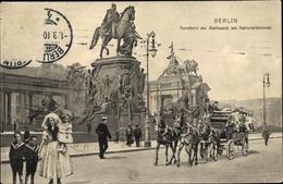 Cp Berlin Mitte, Rundfahrt Der Mailcoach Am Nationaldenkmal, Frau In Tracht Mit Kindern - Barche
