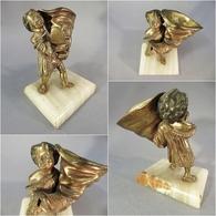 ~ STATUETTE EN BRONZE ENFANT A LA BOTTE - Statue Bottier Chaussure Sculpture - Bronzes