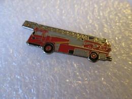PIN'S   Pompier  Camion  Grande Echelle - Pompiers