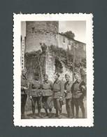 Un Groupe De Militaires Dont Deux Frères Jumeaux En Uniformes Devant Une Caserne Fort Ou Château - Photo Snapshot - Guerre, Militaire