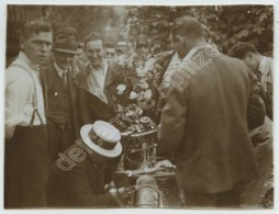 Course De Moto . Le Vainqueur Tenant Son Bouquet De Fleurs . Citrate Circa 1910 . - Sports